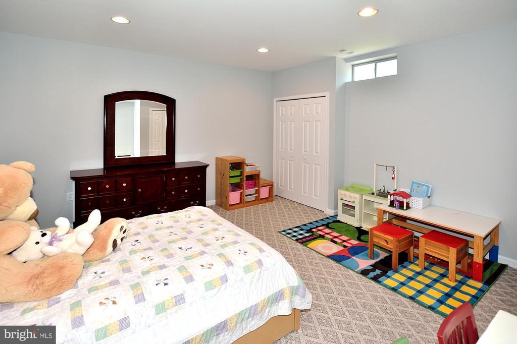 Den / Playroom - 7763 CAMP DAVID DR, SPRINGFIELD