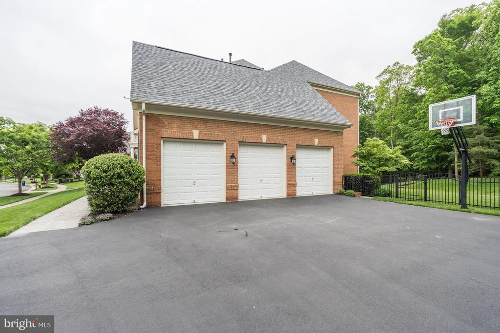 3 car side load garage, large/wide driveway. - 43267 FIELDSVIEW CT, LEESBURG
