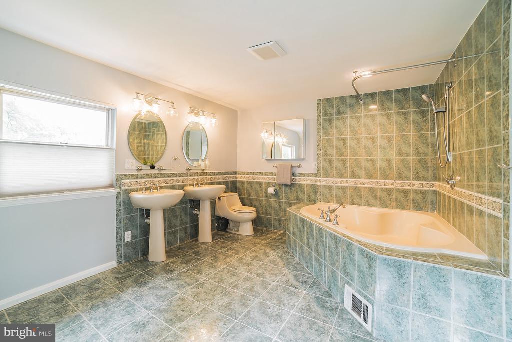 master bathroom - 2815 CREST AVE, CHEVERLY