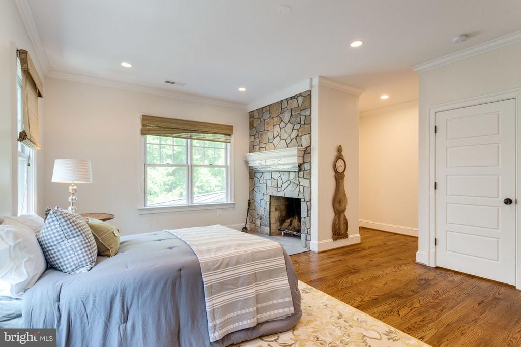 Bedroom on upper level or office w/ bath - 8704 STANDISH RD, ALEXANDRIA
