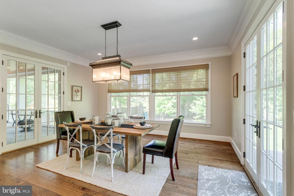 Large breakfast room adjacent to kitchen and porch - 8704 STANDISH RD, ALEXANDRIA