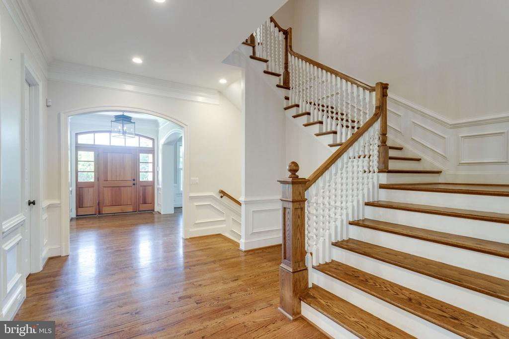 Custom staircase - 8704 STANDISH RD, ALEXANDRIA