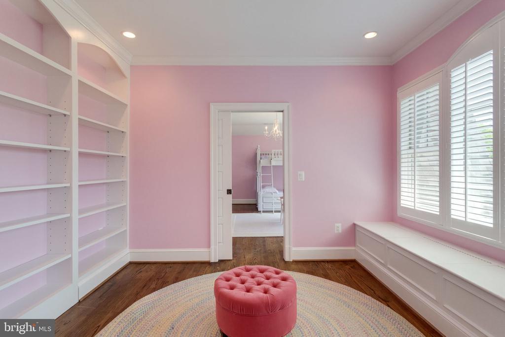 Sitting room between 2  UL bedrooms - 8704 STANDISH RD, ALEXANDRIA