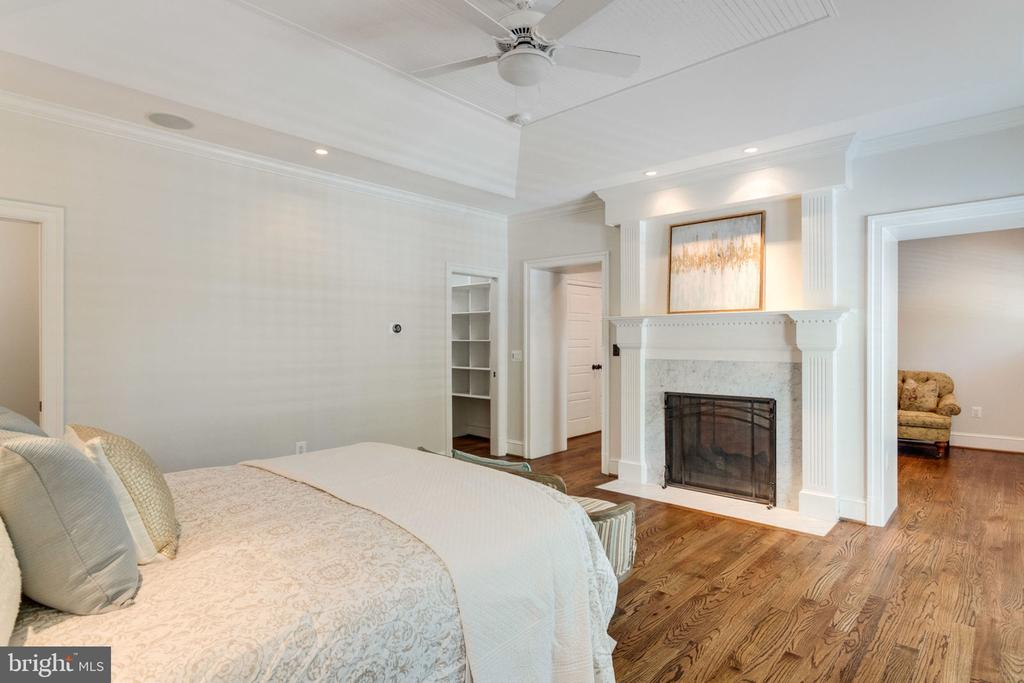Master suite with fireplace and sitting room - 8704 STANDISH RD, ALEXANDRIA
