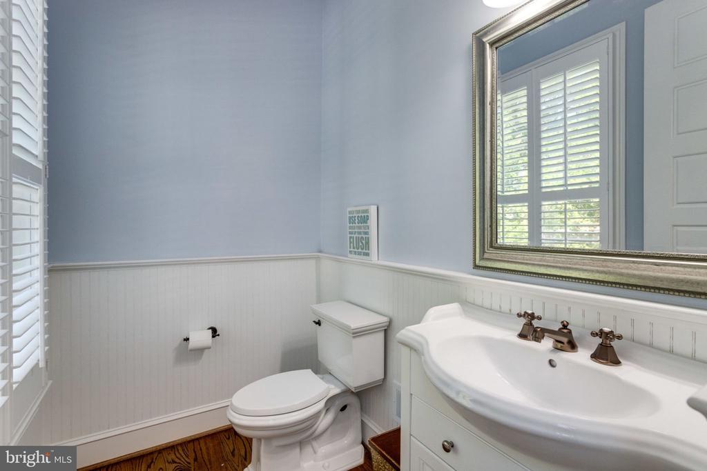 2 powder rooms on main level - 8704 STANDISH RD, ALEXANDRIA