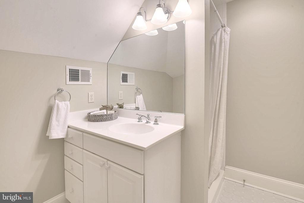 Full bath in loft. - 2702 24TH ST N, ARLINGTON