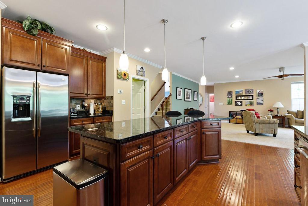 Built in desk, granite, pantry,  upgraded cabinets - 16060 IMPERIAL EAGLE CT, WOODBRIDGE