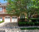 End-of-row Townhouse - 18318 FAIRWAY OAKS SQ, LEESBURG