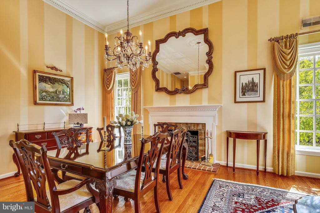 Formal Dining Room with gas fireplace - 2715 LORCOM LN, ARLINGTON