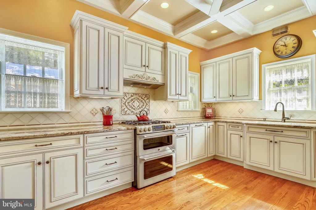 Stunning gourmet Kitchen with coffered ceiling. - 2715 LORCOM LN, ARLINGTON