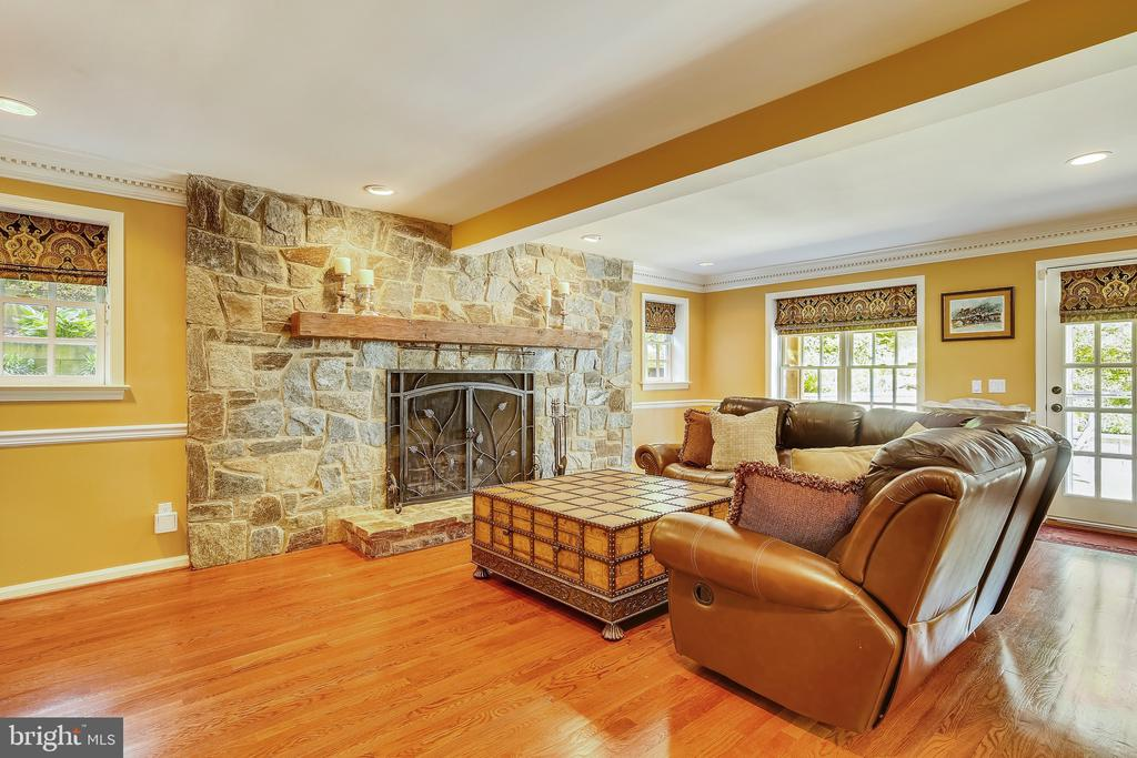 Gorgeous stone fireplace in Living Room - 2715 LORCOM LN, ARLINGTON