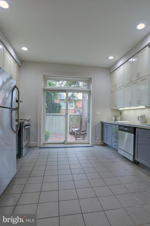 Updated kitchen overlooks private rear patio - 627 A ST SE, WASHINGTON