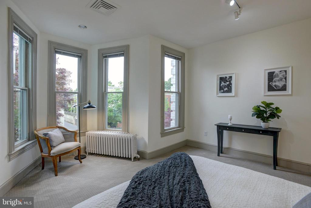 Ample space for a reading nook or sitting area - 627 A ST SE, WASHINGTON