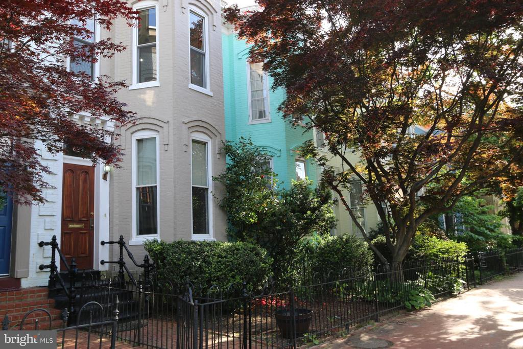 Rests on an idyllic tree-lined street - 627 A ST SE, WASHINGTON