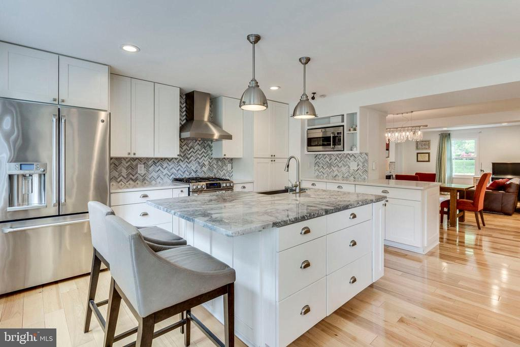 Gourmet kitchen with marble-topped center island - 4900 16TH ST N, ARLINGTON