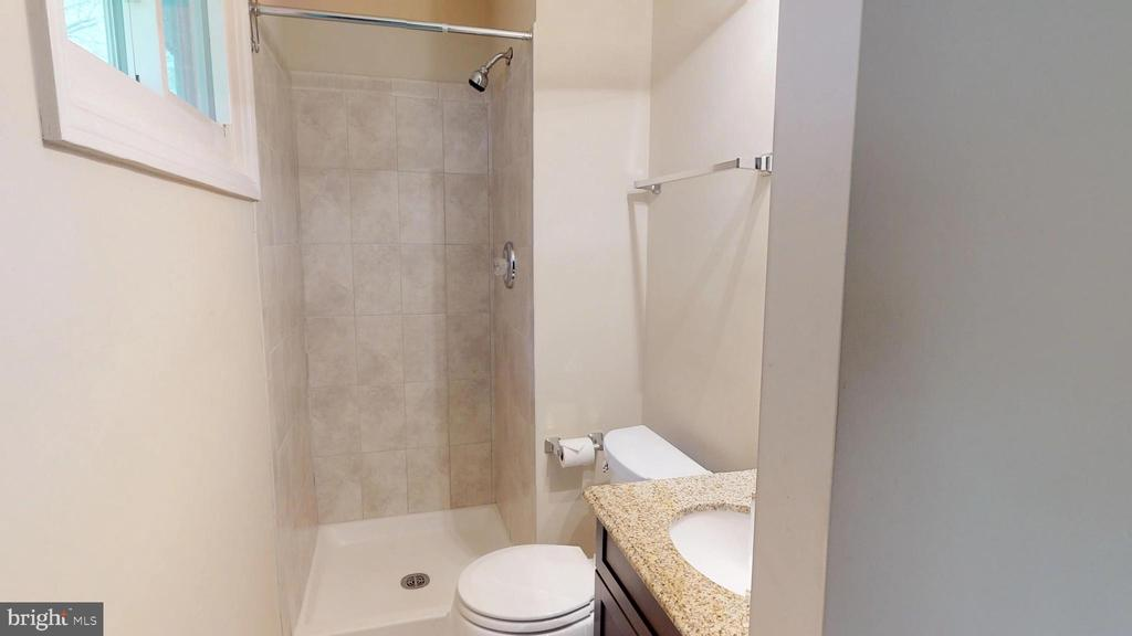 Ensuite master bath - 307 S KENNEDY RD, STERLING