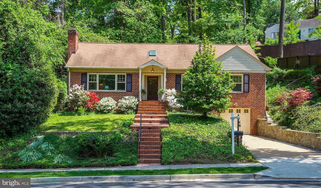 Turn-Key Home on over-sized 13,000+ lot - 2337 N VERMONT ST, ARLINGTON