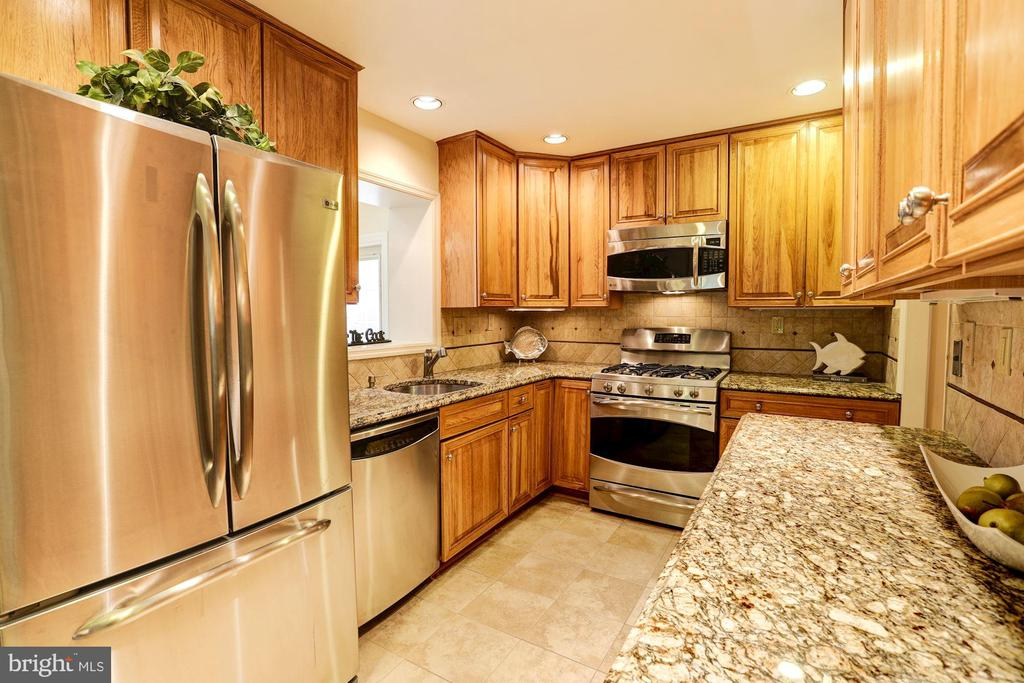 Updated Kitchen With Granite & Stainless - 2337 N VERMONT ST, ARLINGTON