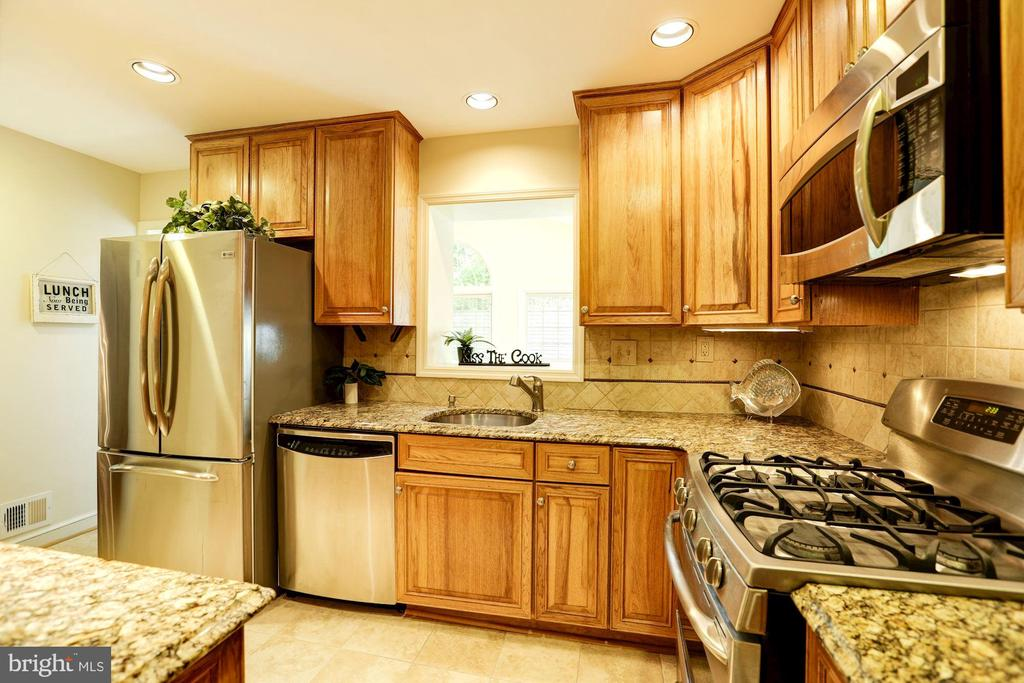 Renovated Kitchen With Gas Cooking - 2337 N VERMONT ST, ARLINGTON