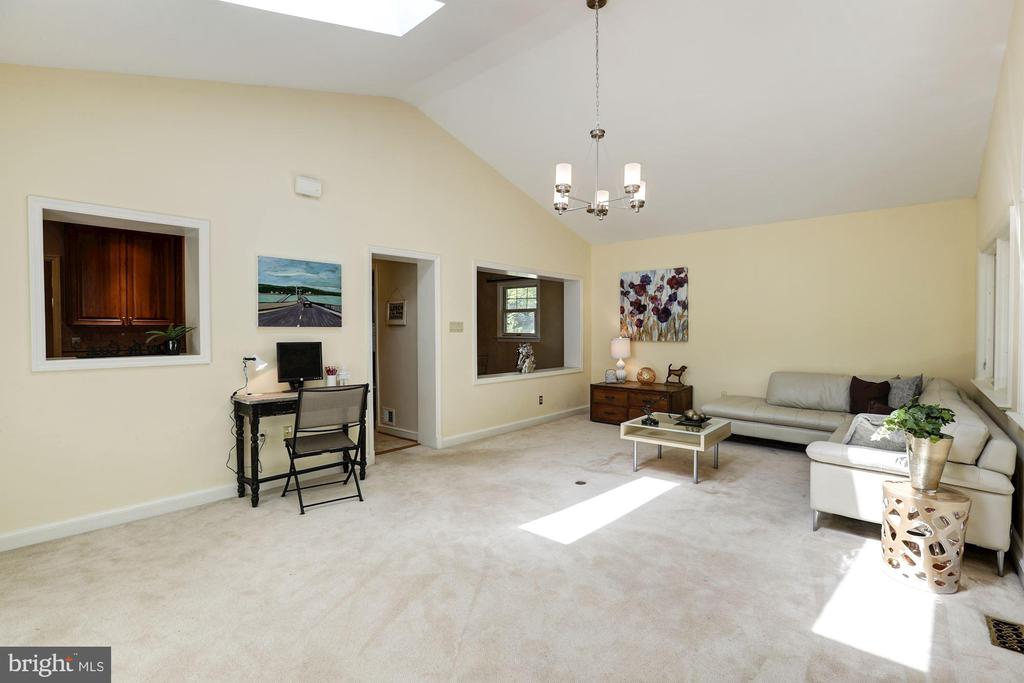 Family Room With Soaring Ceilings - 2337 N VERMONT ST, ARLINGTON