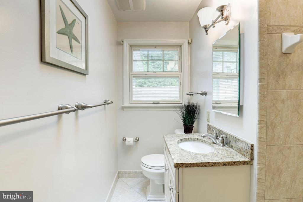 Renovated Hall Full Bath - 2337 N VERMONT ST, ARLINGTON