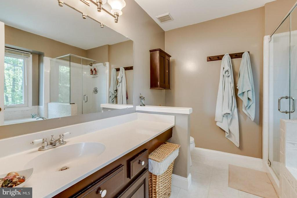 jacuzzi tub is awesome - 4045 LAKE GLEN RD, FAIRFAX