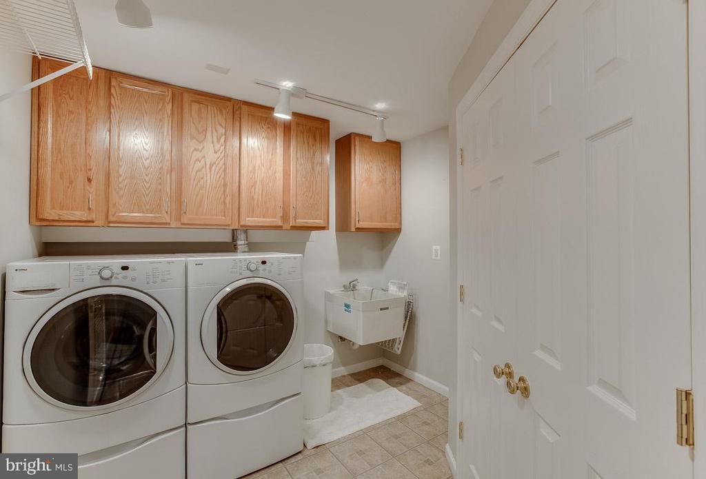 laundry extraordinaire - 4045 LAKE GLEN RD, FAIRFAX