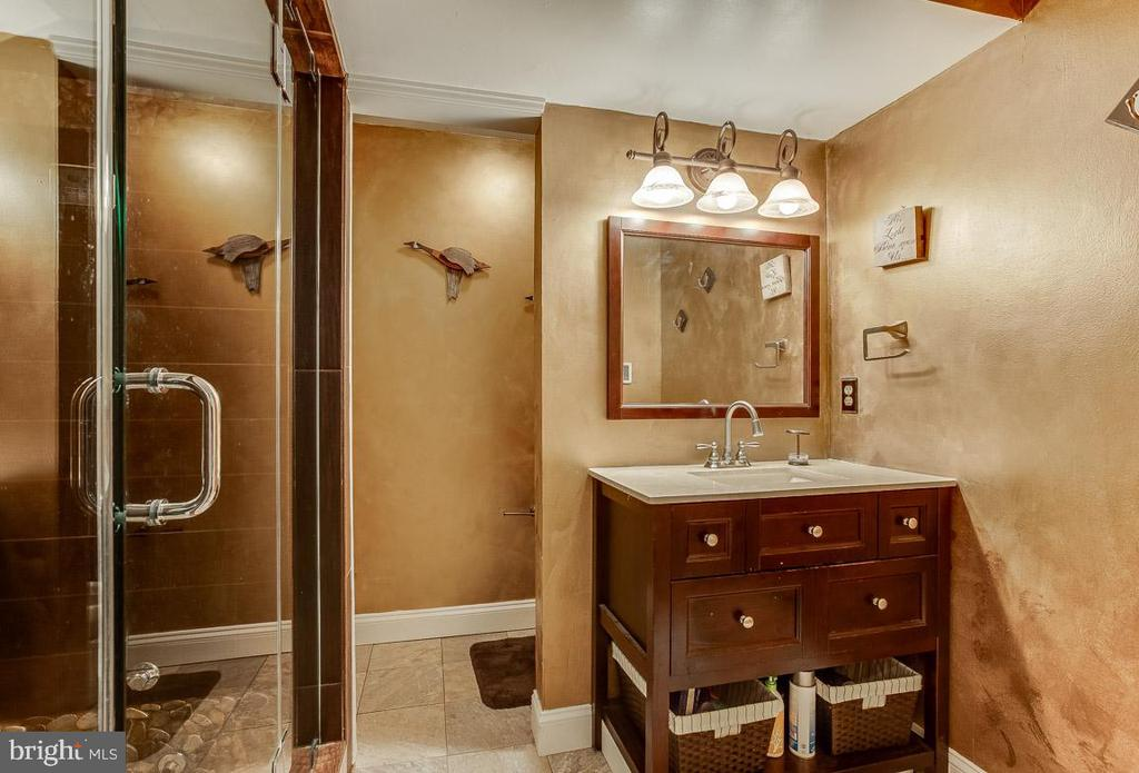 the owner wanted to take the bath with - 4045 LAKE GLEN RD, FAIRFAX