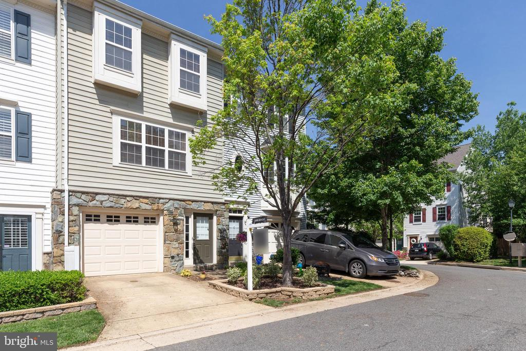 Gorgeous curb appeal - 115 MEADOWS LN, ALEXANDRIA