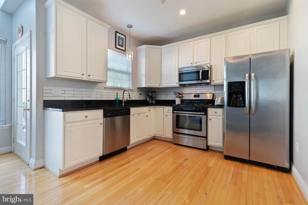 Tall and ample newer cabinetry - 115 MEADOWS LN, ALEXANDRIA