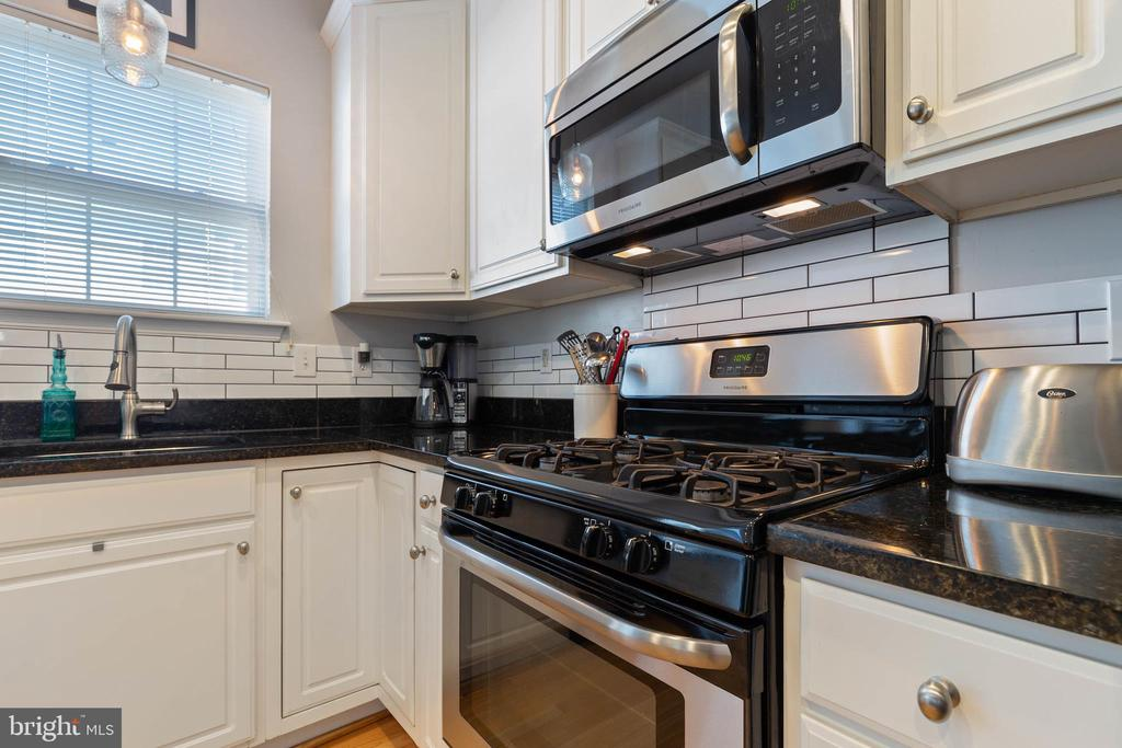 Gas stove - 115 MEADOWS LN, ALEXANDRIA