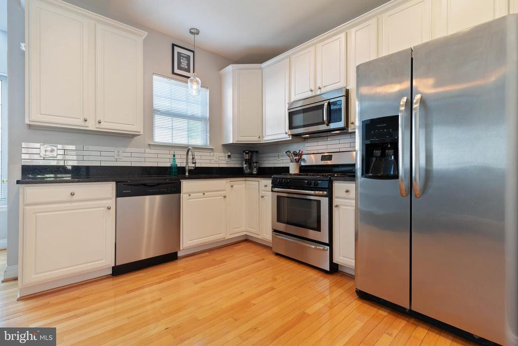 Sparkling spacious kitchen - 115 MEADOWS LN, ALEXANDRIA