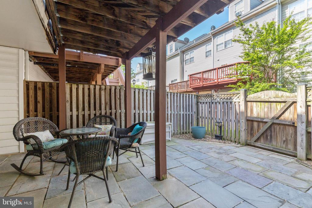 Paved & fenced patio on lower level - 115 MEADOWS LN, ALEXANDRIA