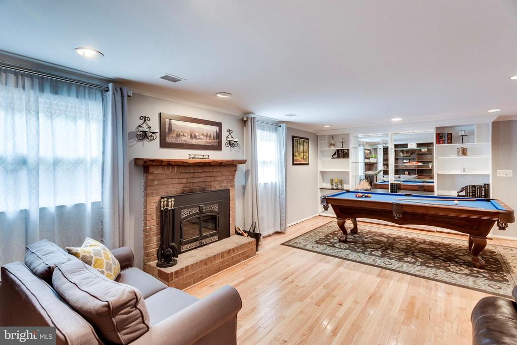 Bright lower level family room - 3703 MACGREGOR CT, ANNANDALE
