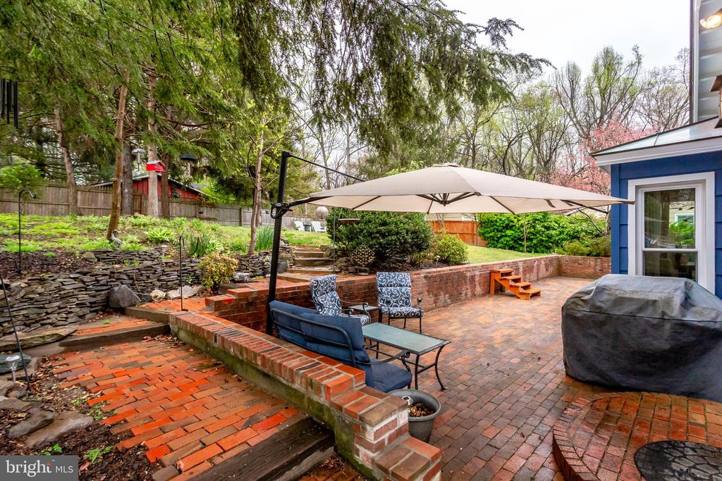 Huge patio -- great for entertaining - 3703 MACGREGOR CT, ANNANDALE