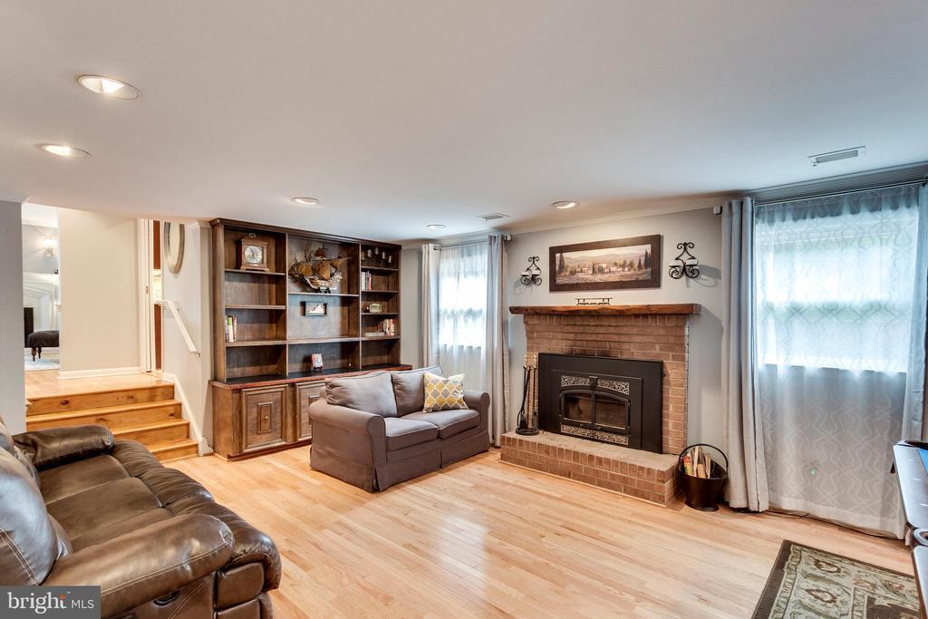 Wood burning fpl! Hdwd floors! - 3703 MACGREGOR CT, ANNANDALE