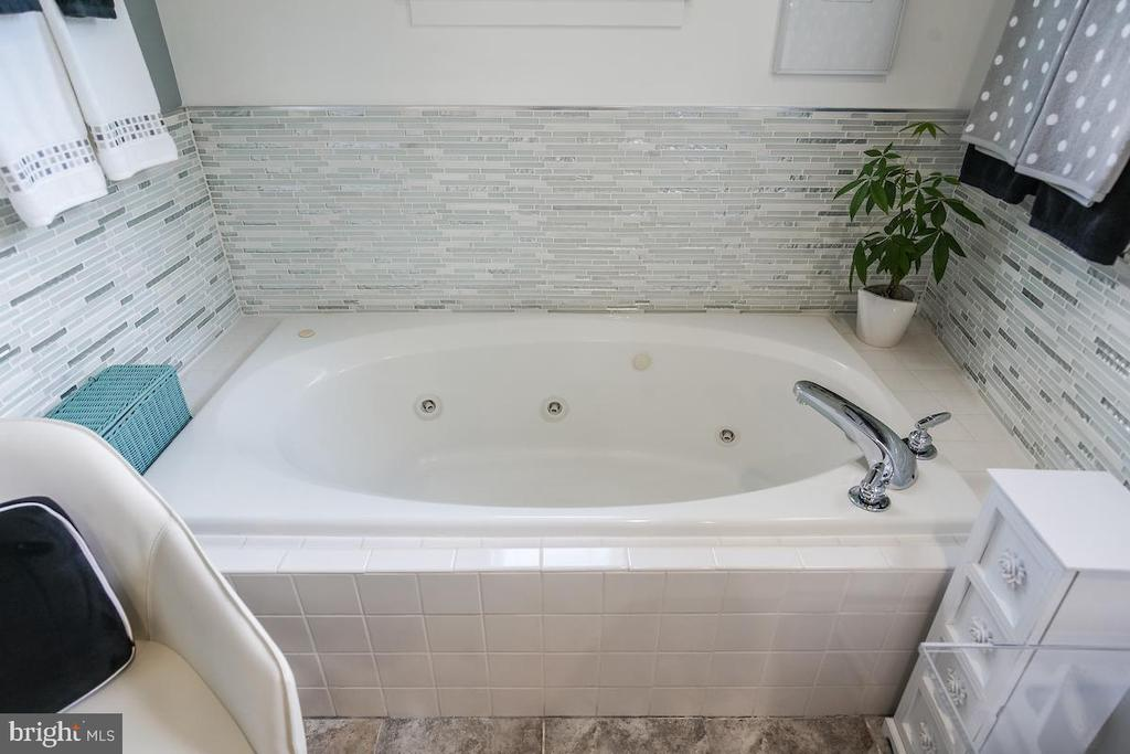 Jetted Soaking Tub - 1900 N UHLE ST, ARLINGTON