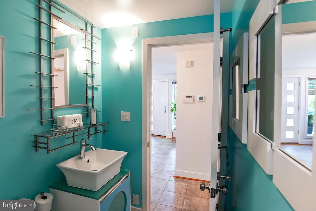 Main Level Full Bath - 1900 N UHLE ST, ARLINGTON