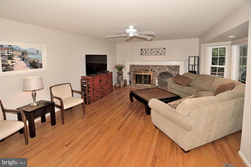 FAMILY ROOM W/WOOD BURNING FIREPLACE - 13466 POINT PLEASANT DR, CHANTILLY