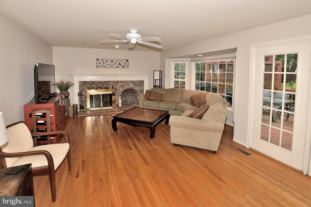 SUN-FILLED FAMILY ROOM - 13466 POINT PLEASANT DR, CHANTILLY