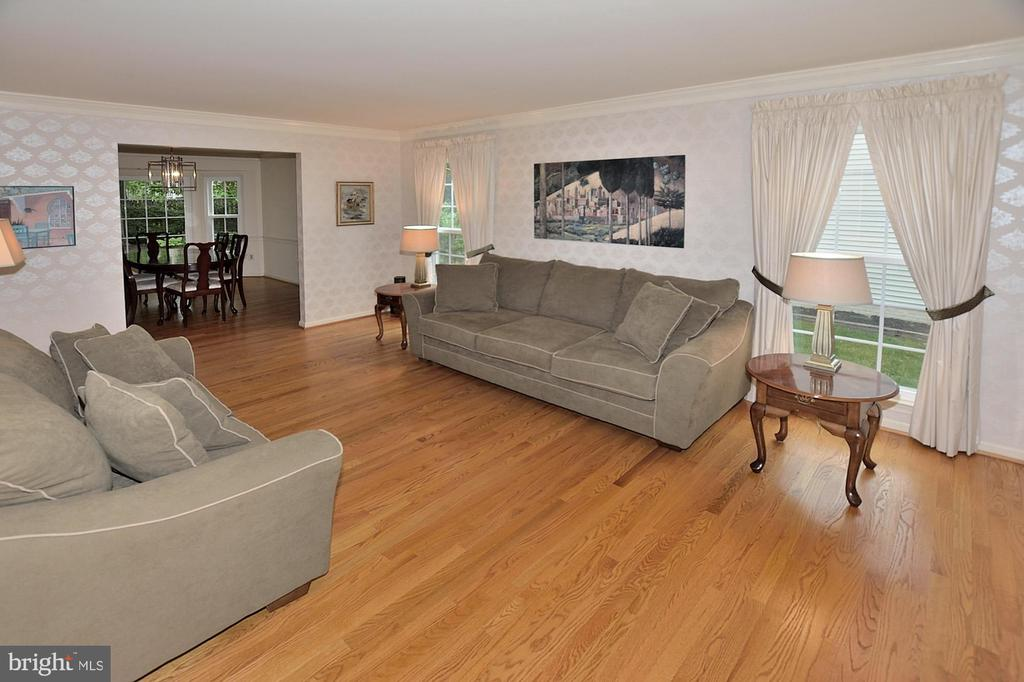 SPACIOUS LIVING ROOM - 13466 POINT PLEASANT DR, CHANTILLY