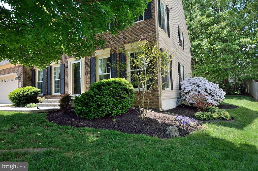 GORGEOUS LANDSCAPING - 13466 POINT PLEASANT DR, CHANTILLY