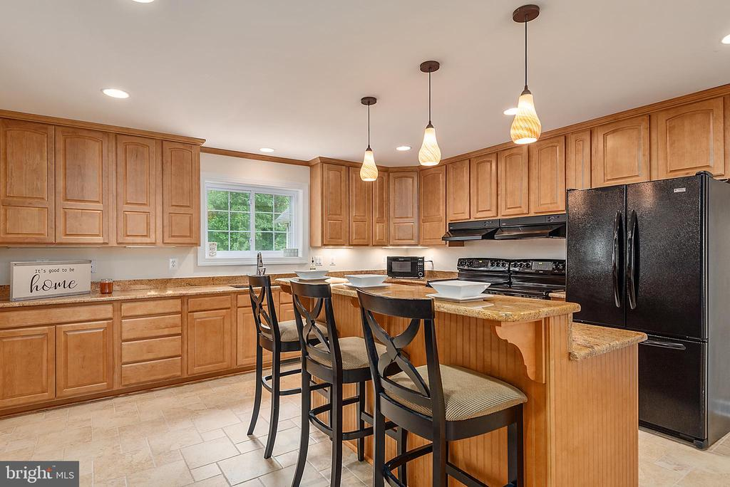 Eat in kitchen island - 2843 GARRISONVILLE RD, STAFFORD