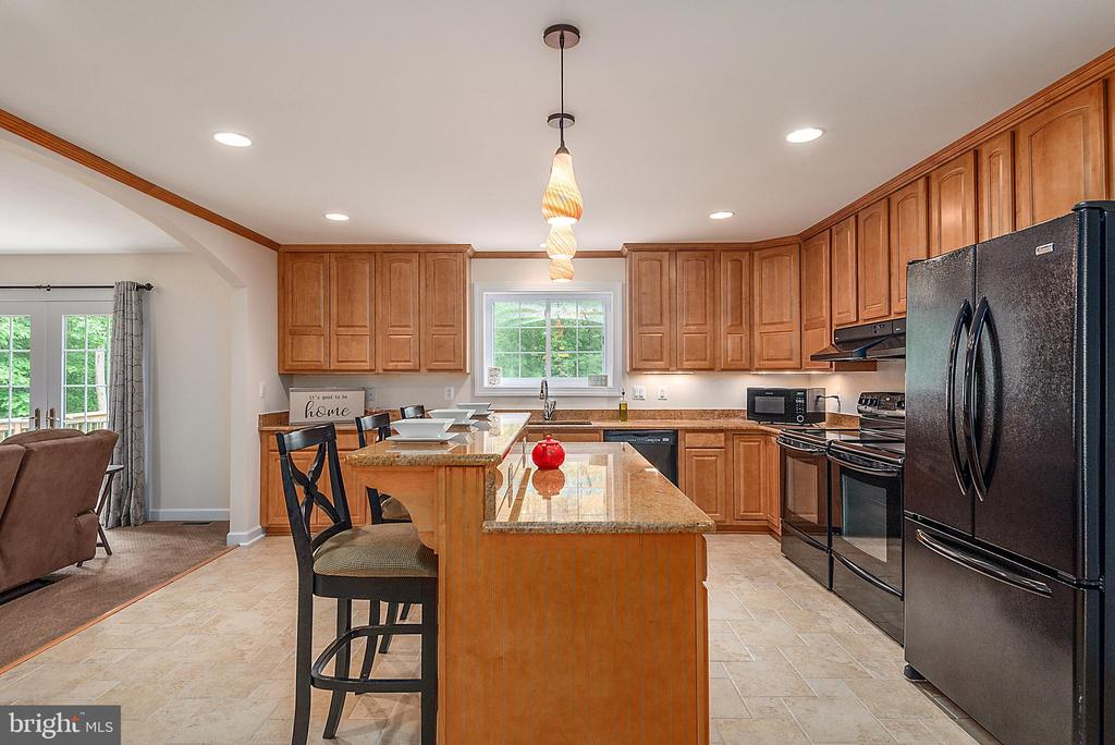 Spacious with lots of custom cabinets - 2843 GARRISONVILLE RD, STAFFORD