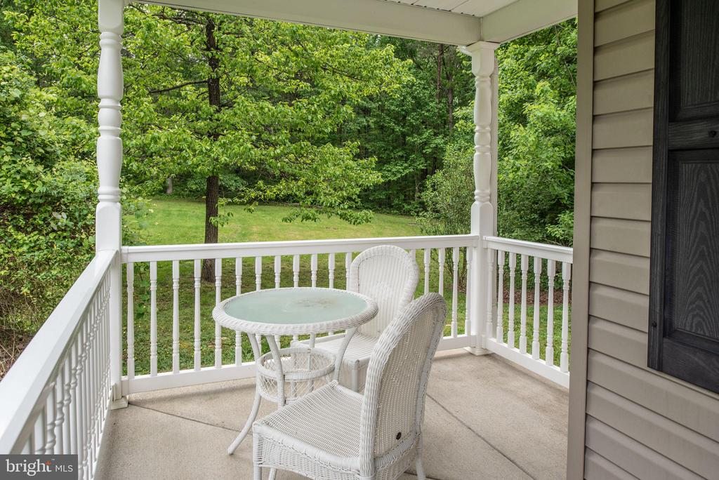 Spacious vinyl front porch - 2843 GARRISONVILLE RD, STAFFORD