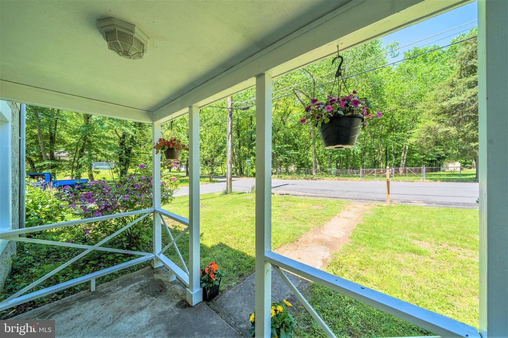 Relaxing Covered Porch - 4024 MEADOWVIEW DR, SUITLAND