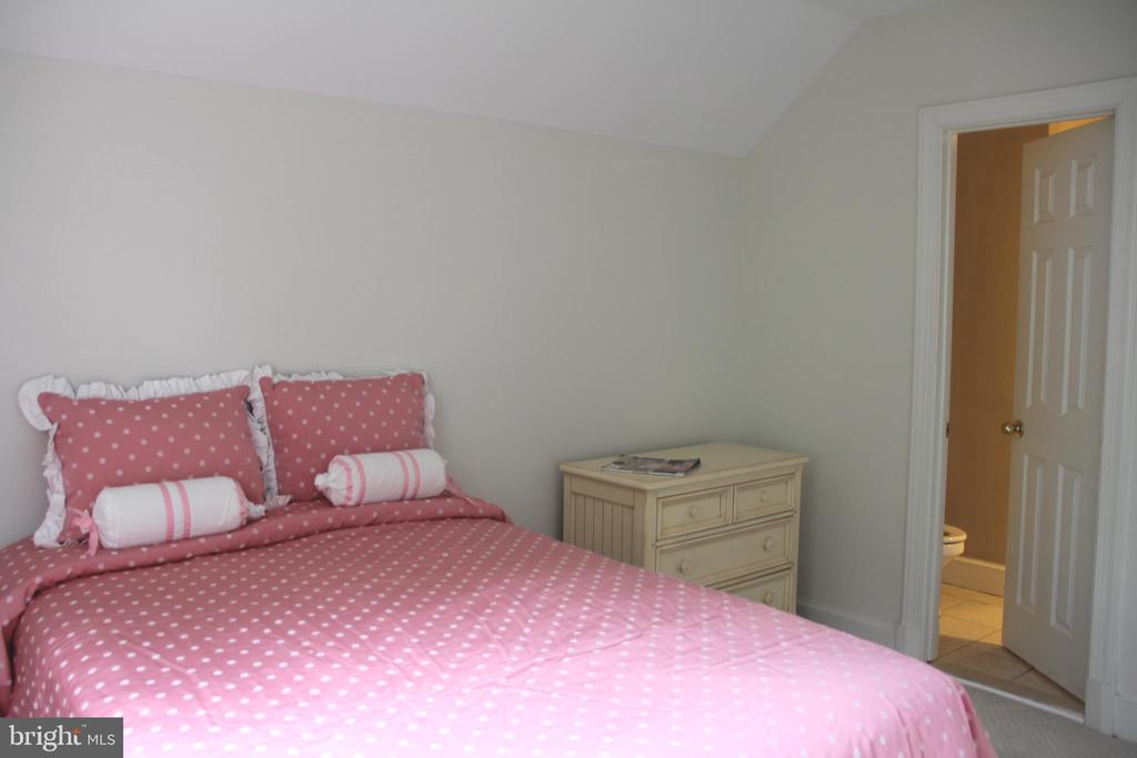 Bedroom with full bath - 11911 CRAYTON CT, HERNDON