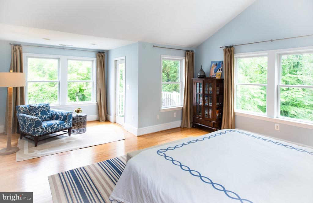 Master Bedroom w Cathedral Ceiling - 6203 FOXCROFT RD, ALEXANDRIA