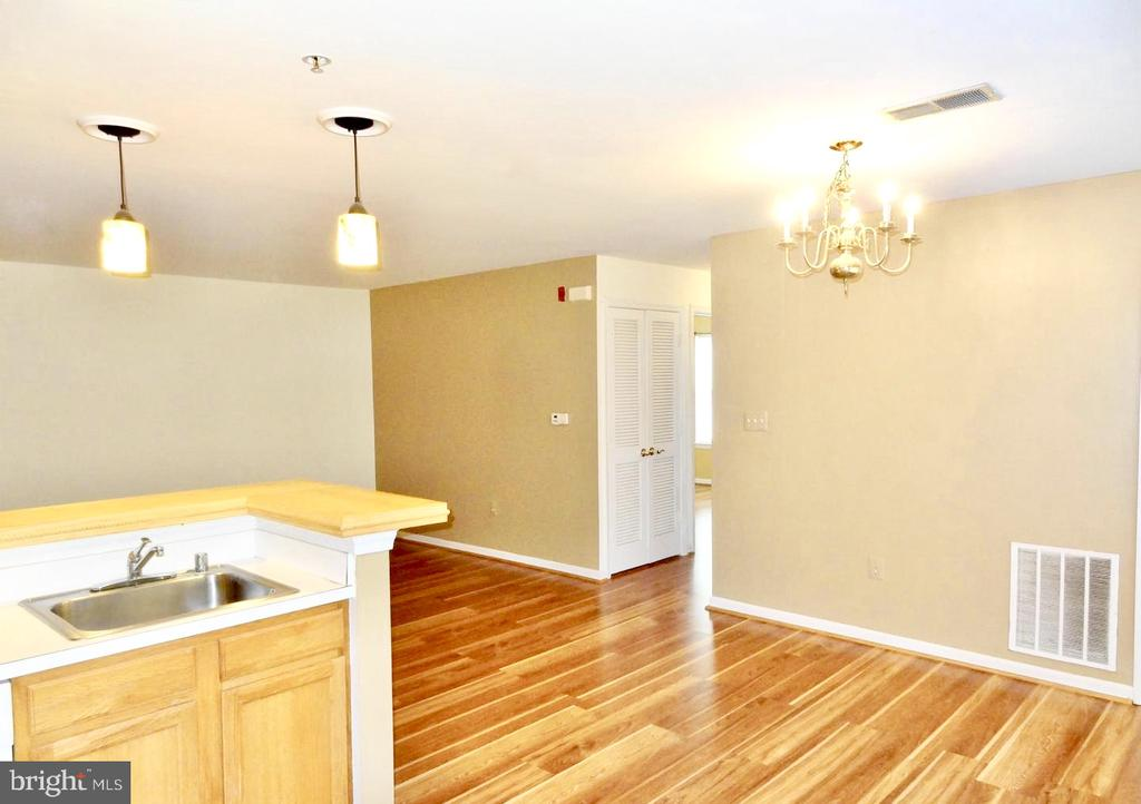 View from kitchen to dining area and family room. - 501 CONSTELLATION SQ SE #C, LEESBURG