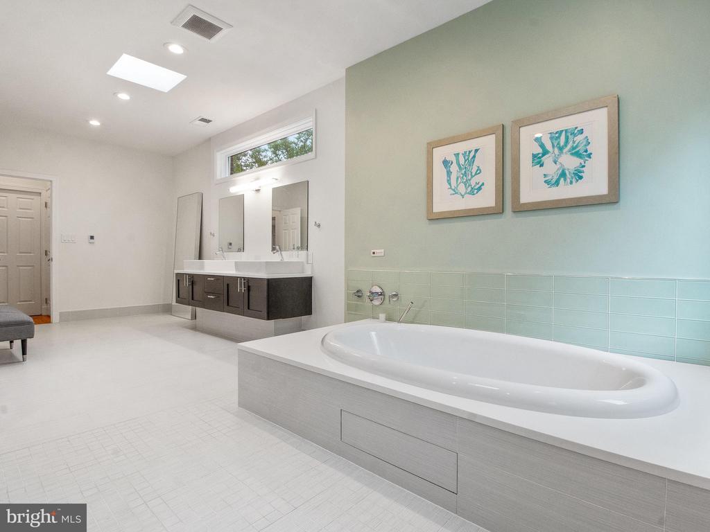 Reheatable soaking tub. - 3927 OLIVER ST, CHEVY CHASE